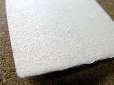 コットンが原料の四方耳付き名刺は表面のラフな素材感が特徴です