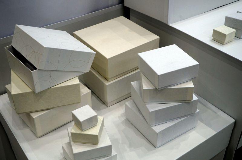 貼り箱は様々な素材感の和紙で全て白系で統一感を持たせました