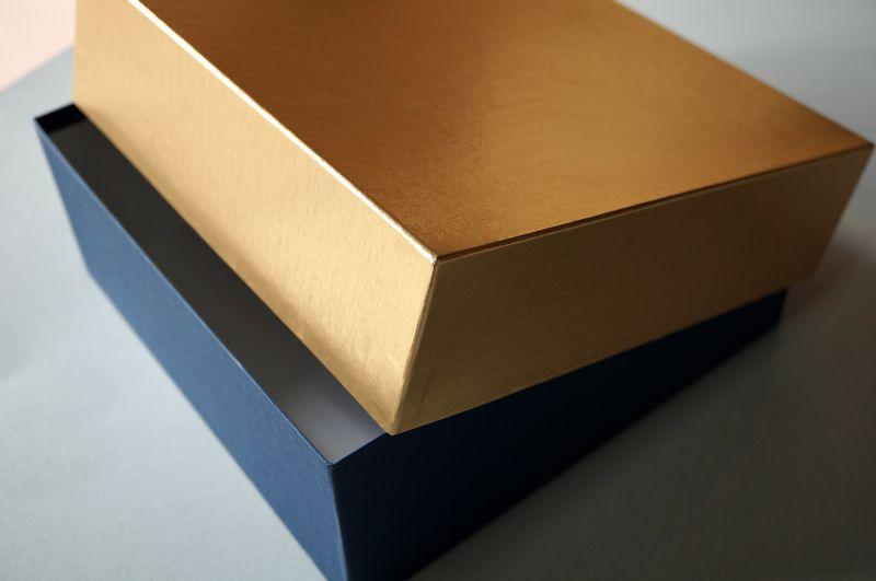 金ホイルの小間紙を使って別注で作製した洋菓子用貼り箱のギフトボックスとは