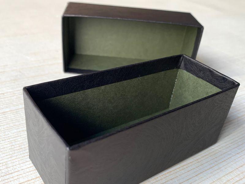 貼り箱の内と外は色違いのツートンカラーになっています