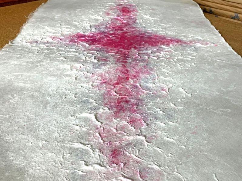 赤い十字柄が特徴的な手漉き大判和紙
