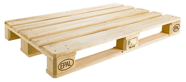Euro-Palette mit dem EPAL-Brandstempel und weiteren Kennzeichnungen auf den Holz-Klötzen