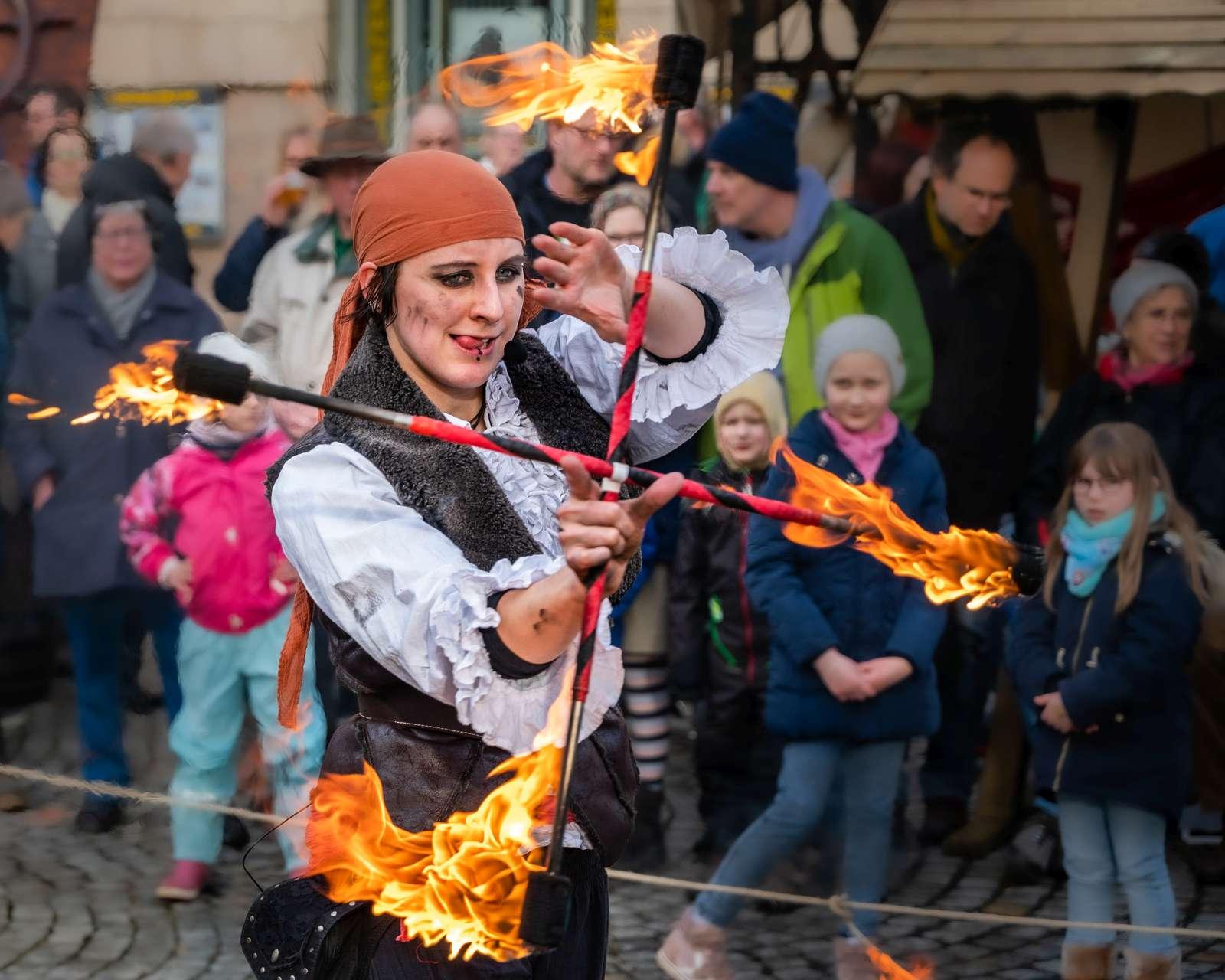 Piraten-Feuershow beim Kieler Umschlag 2020