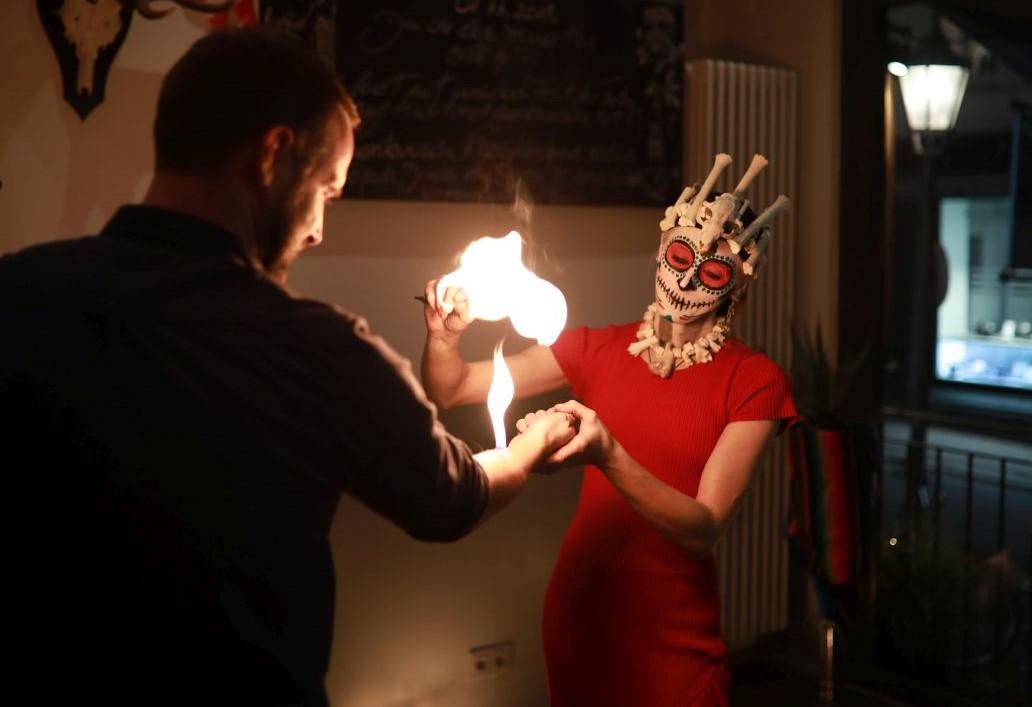 Walking Akt zum Dia de los muertos in Hamburg mit Feuer