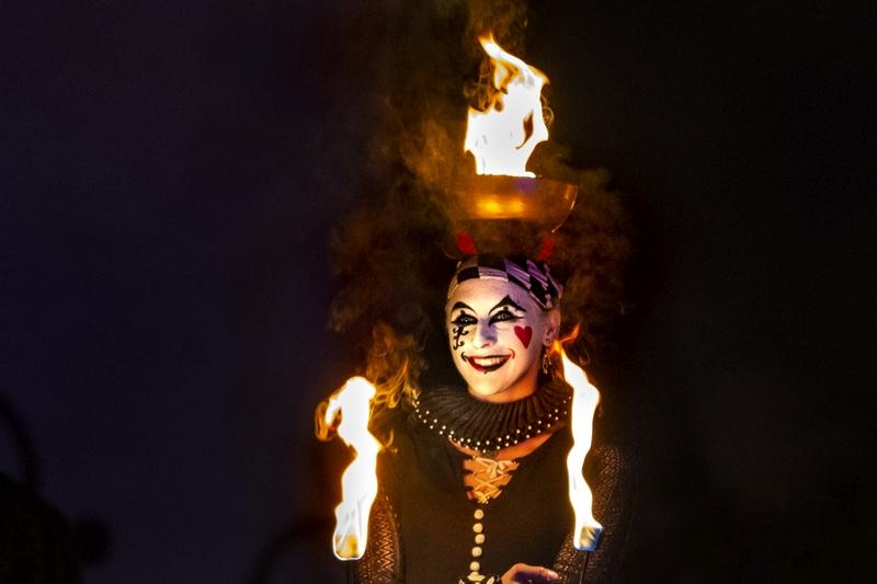 Zirkus-Feuertheater in Hamburg mit Harlekin Foto: Jens Arndt