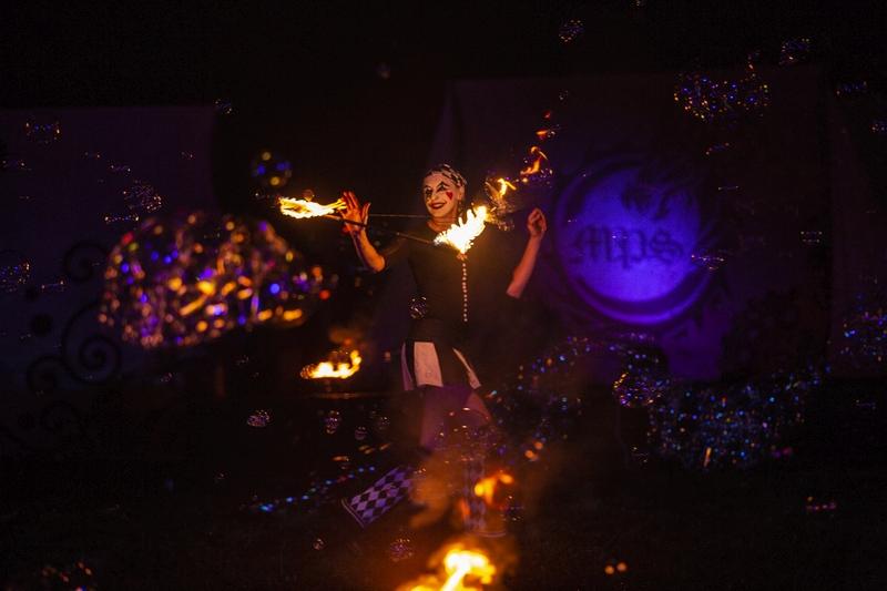 Feuershow mit fliegendem Feuer-Levi als Zirkusshow
