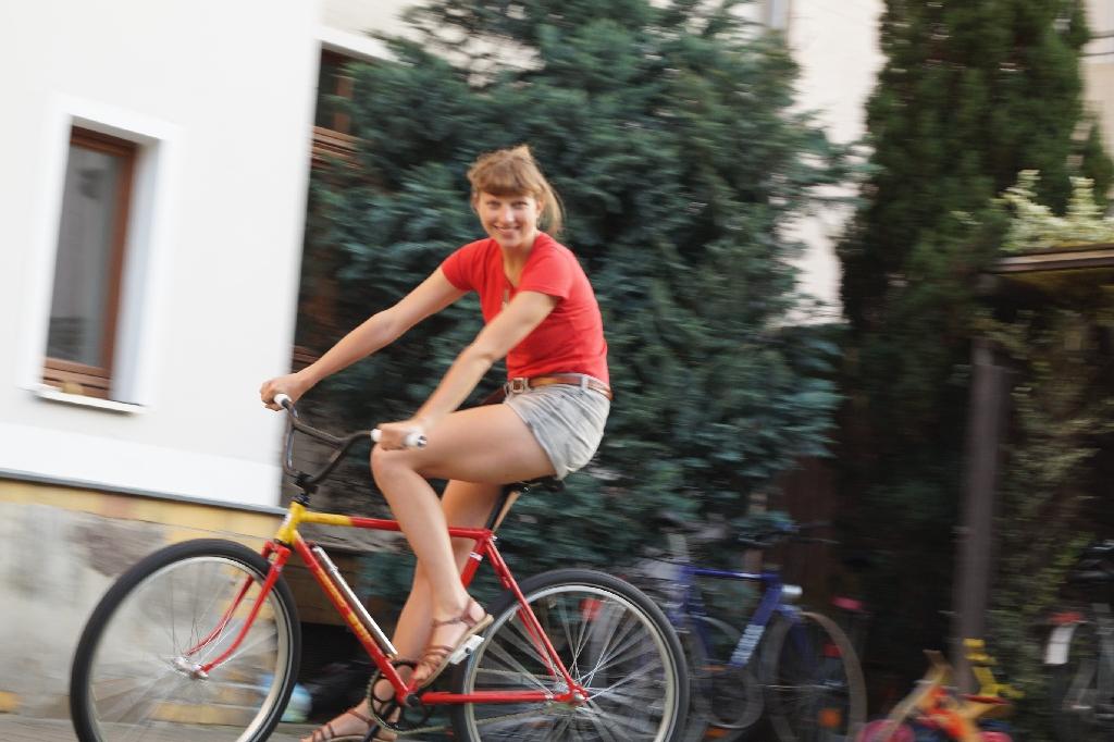 Das Fahrrad und eine schöne Frau.