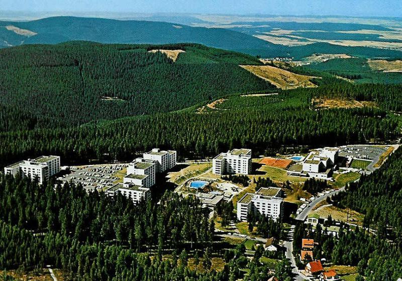 Die Ferienanlage am Hahnenkleerberg 3 in Hahnenklee, nahe Goslar im schönen Oberharz. Die gepflegte Ferienparkanlage befindet sich ca 600 m vom Ortskern Hahnenklees entfern. Die einmalige Lage, direkt am Waldrand, lädt zu Wanderungen auf naturbelassenen W
