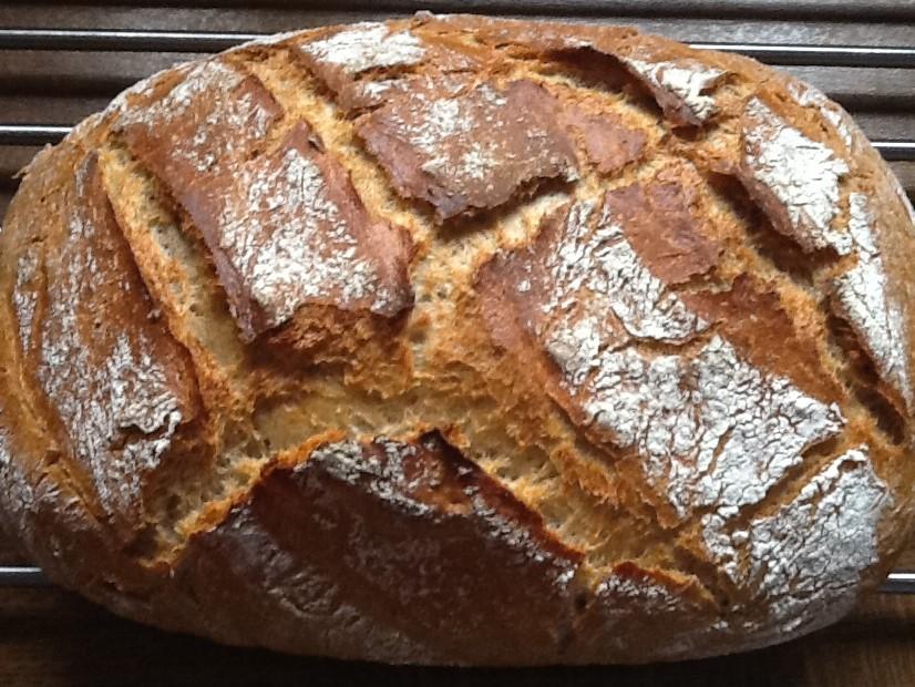 Knuspriges Kartoffelbrot das im Ofenmeister von Pampered Chef gebacken wurde. Wenn du ein knuspriges wohlschmeckendes und fluffiges Brot backen möchtest, dann solltest du das Kartoffelbrot im Ofenmeister von Pamperedchef nachbacken.