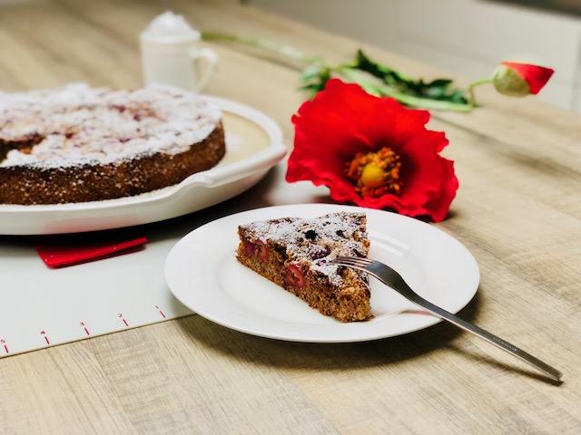 Ein Kirschkuchen gebacken auf der Platte mit der man den Kuchen auch servieren kann - die White Lady der große runde Stein von Pampered Chef®