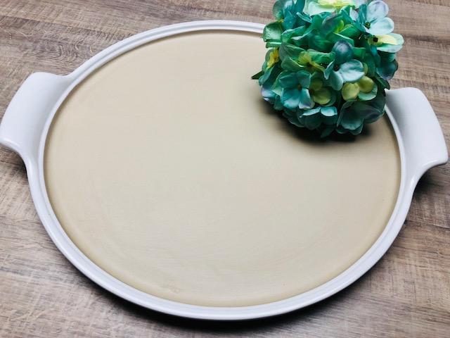 Speisen zubereiten und direkt servieren - ideal für Pizza, Tartes, Ofengemüse, Backkartoffeln u.v.m. Griffe und Rand sind weiß glasiert, die Backfläche ist unglasiert. Breite mit Griffen ca. 45 cm, ø Backfläche ca. 38 cm.