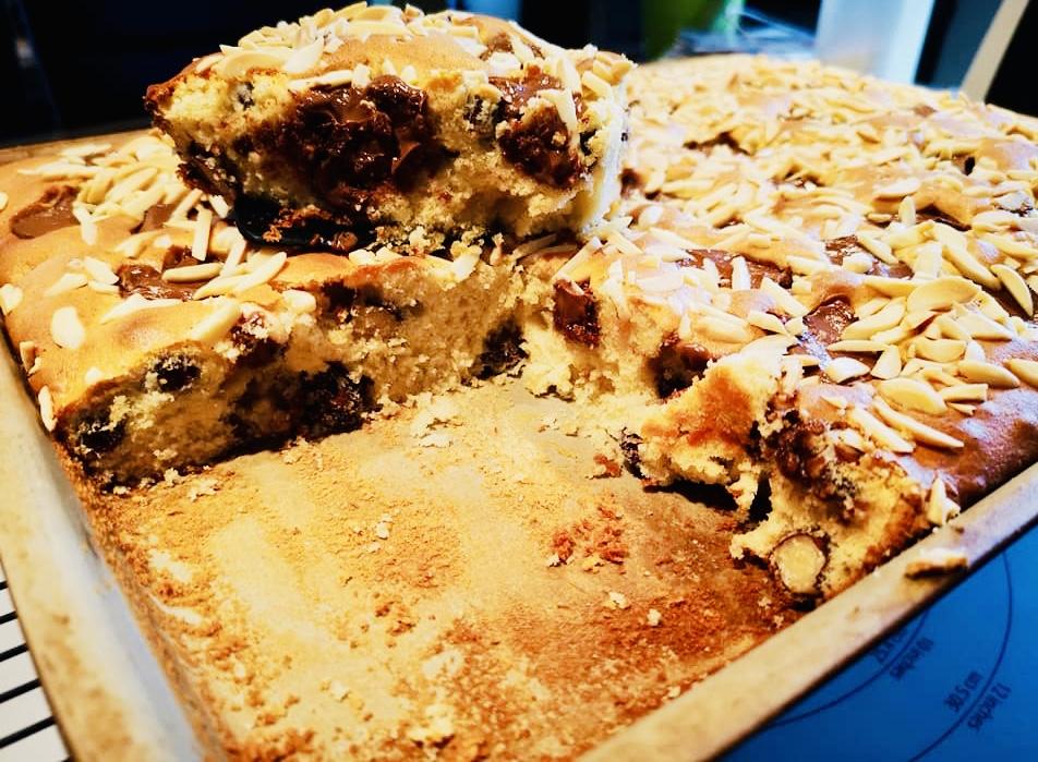 Hier siehst du einen leckern Marzipan Nuss Nougat Kuchen aus dem großen rechteckigen Ofenzauberer von Pampered Chef®