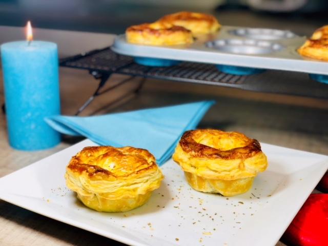 Diese mit Hackfleisch gefüllten Mini Pies können sowohl als Vorspeise aber auch mit einem großen bunten Salatteller als Haupftspeise serviert werden. Natürlich schmecken diese Blätterteigtaschen die herzhaft gefüllt sind frisch am leckersten, aber sollten