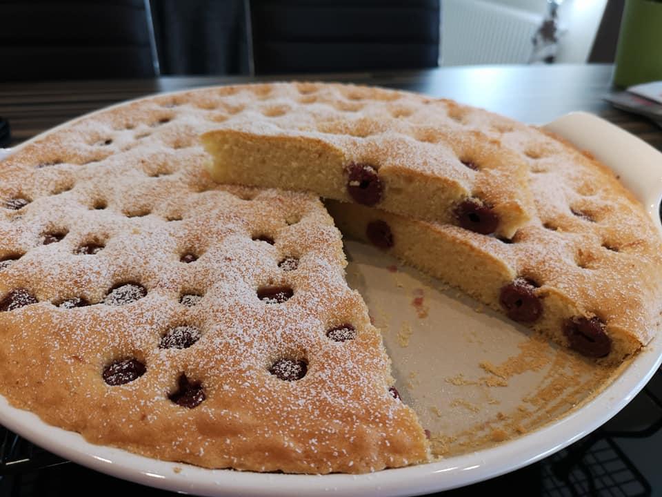 Diesen Kirschkuchen kannst du auch gut mit einer Kugel Eis als Dessertkuchen servieren. Gebacken auf der White Lady von Pampered ChefKirschkuchen gebacken auf der White Lady von Pampered Chef®