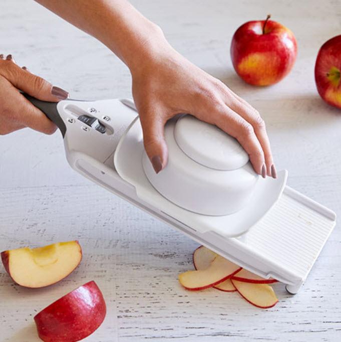 Beim kleinen Küchenhobel ist die Scheibendicke einstellbar in 2, 3 und 5 mm...
