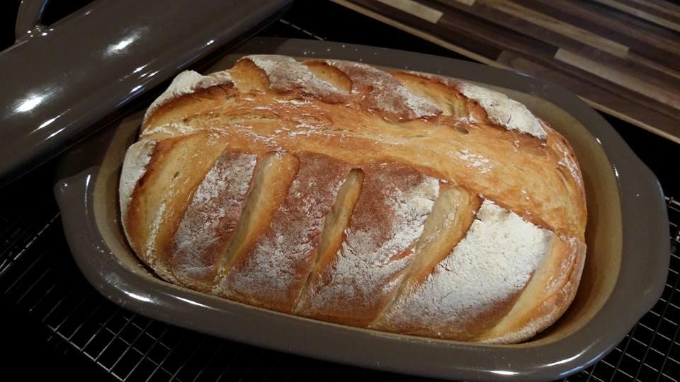 Ein klasse Brot mit einer unbeschreiblichen Knsuperkruste aus dem kleinen Zaubermeister Lily von Pampered Chef®. Anschneiden und Butter drauf - reinbeißen und nur noch geniesen. Ein Steinbackofenbrot aus dem Brotbacktopf von Pamperedchef®