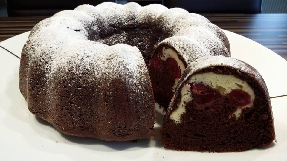 Leckerer Schokoladen Kuchen mit einer Kirsch Frischkäse Füllung gebacken in der Kranz7-Gugelhupf Form von Pampered Chef®