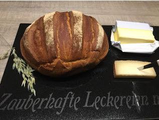 So ein knuspriges Landbrot bekomme ich nur aus dem original Ofenmeister von Pampered Chef. Dieses Rezept stammt von der Bloggerin Herzelieb und ich habe es in meiner Stoneware nachgebacken. Hervorragendes selbst gebackenes Landbrot.