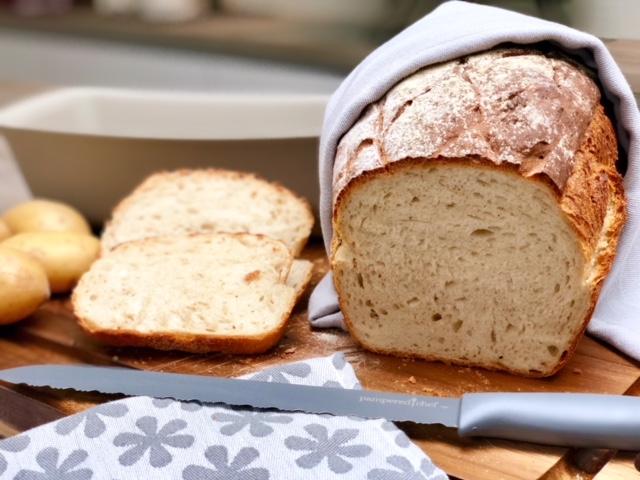 Pampered Chef® Pfälzer  Mit gekochten Kartoffeln wird dieses Brot ein frisches fluffiges und knuspriges Ergebnis liefern und es wird eins deiner leckersten ein einfachsten Brotrezepte werden. Der Pampered Chef® Zauberkasten liefert dir ein Steinbackofenbr