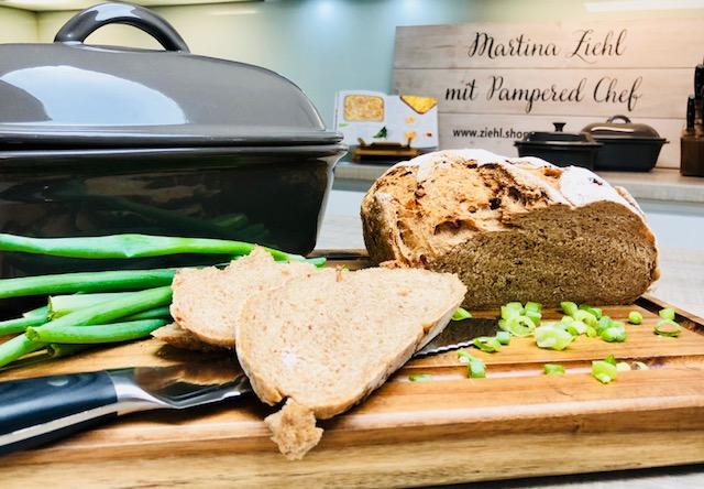 Hier siehst du das wunderbar feuchte fluffige und knusprige Sauerkraut-Speck-Brot von Martina Ziehl.