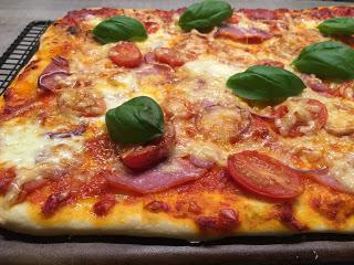 Pampered Chef Pizza vom Zauberstein oder Ofenzauberer. Martina Ziehl mit Pampered Chef zeigt wie man eine Pizza auf dem Zauberstein backt ♥