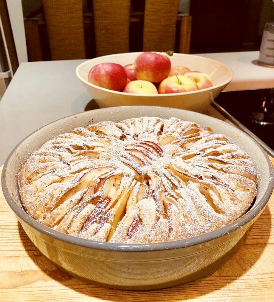 Leckerer selbst gebackener Apfelschmandkuchen aus der Kuchenbackform von Pampered Chef der runden Stoneware Ofenhexe. Rezept nach Sigrid Tatarano