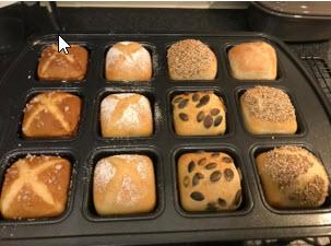 Abends werden die Brötchen vorbereitet und in der Brownieform von Pampered Chef mit dem Deckel Keep & Carry abgedeckt zur Übernachtgare in den Kühlschrank gegeben. So hat man morgens dann Ruckzuck frisch ausgebackene Brötchen auf den Tisch.