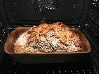 Dein Teig in den leicht gefetteten und mit Mehl aus dem Streufix bestäuben und hineinfliesen lassen und mit dem Scraper glattstreichen...