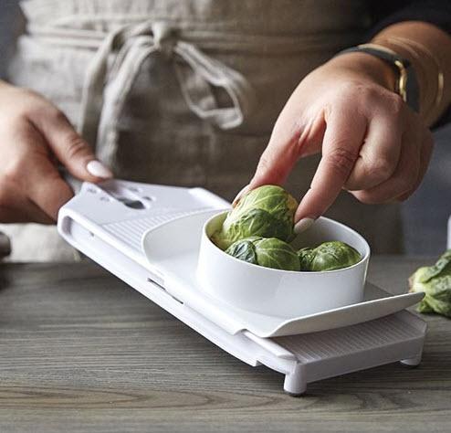 Mit rutschfesten Füssen für Standsicherheit aber auch mit einer Einkerbung damit du den kleinen Küchenhobel in eine Schüssel einhängen kannst ♥