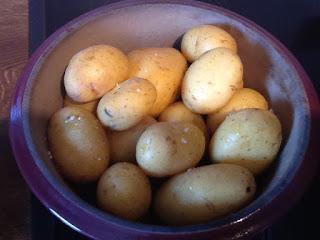 Einfacher kann man Pellkortoffel nicht zubereiten. Das Beste ist, dass die Pellkartoffel nicht in Wasser ausgekocht werden und somit ihren Geschmack behalten. Zubereitet im Ofenmeister oder Zaubermeister von Pampered Chef®