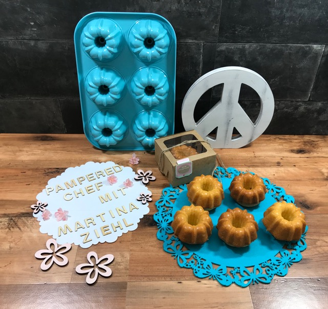 Backe dir 6 kleine Minikuchen mit der Mini-Gugelhupf-Form von Pampered Chef®. Hier mit einer leckeren Glasur.