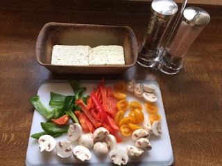 Hier sieht du wie ich das Gemüse nach Wahl klein schneide auf dem kleinen Schneidbrett von Pampered Chef®
