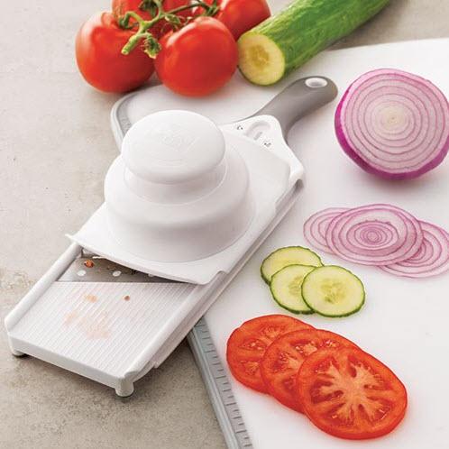 Der kleine Küchenhobel von Pampered Chef® hat eine handliche Größe mit größtem Komfort, passt in jeder Schublade. Festellschloss für das Messer, das höchste Sicherheit beim Lagern garantiert. Lebensmittelhalter schützt die Finger vor der Klinge