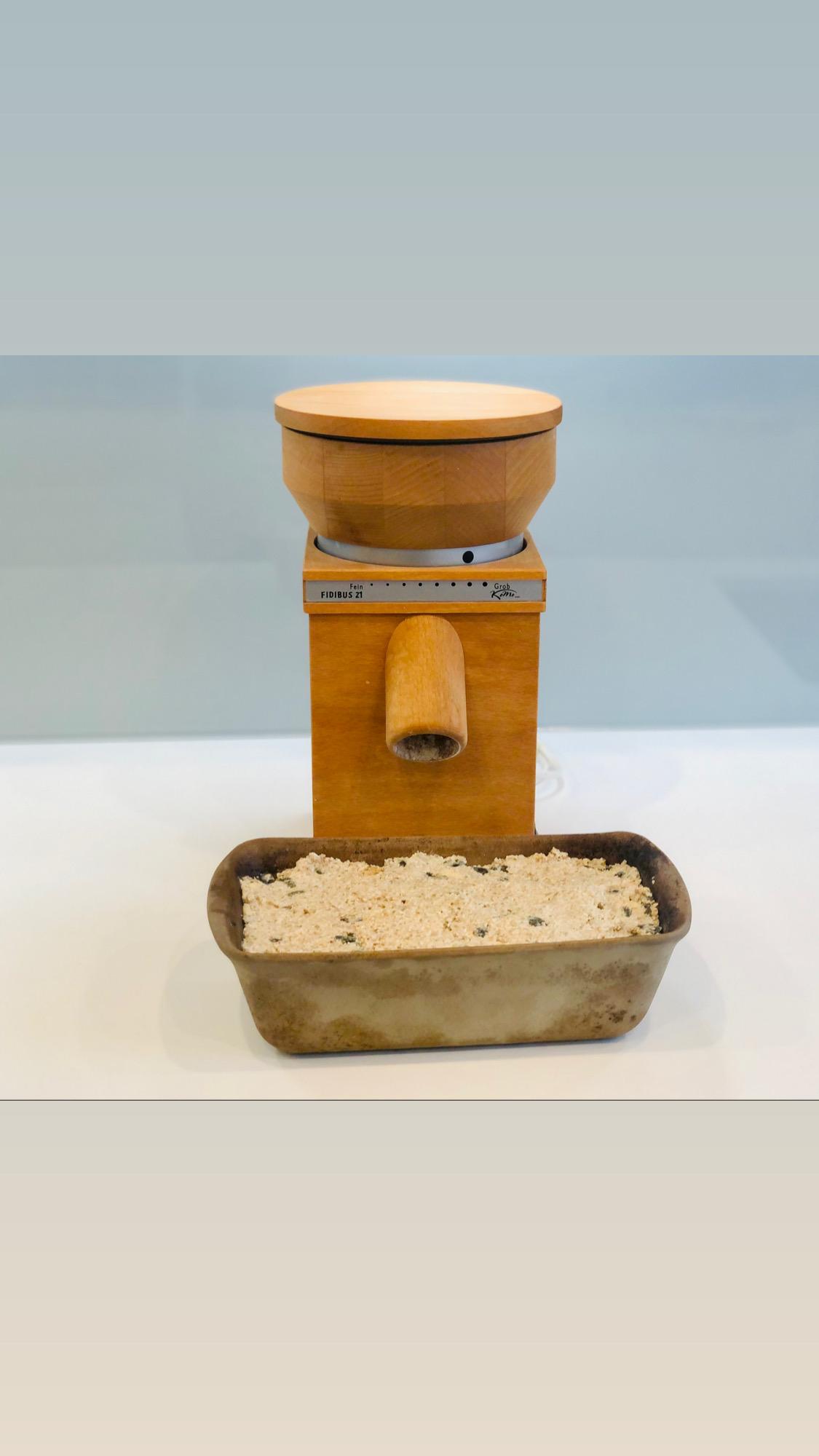 Nun den feuchten Teig mit dem Mix `N Scraper in den gefetteten Zauberkasten geben und fest den Teig herunterdrücken, damit sich keine Luftblasen im Brot bilden...