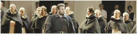 """Johan Botha als Don Carlos. Dahinter die """"Mönche"""" der Konzertvereinigung (Foto: Rabanus)."""