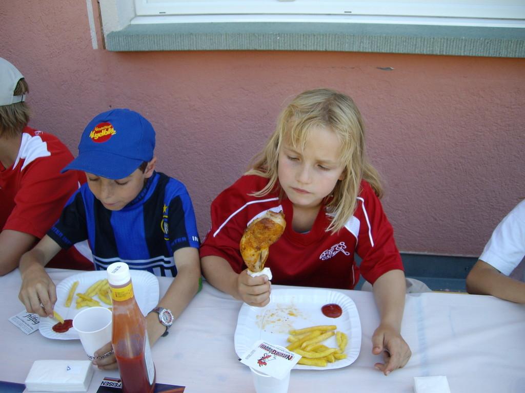 Essen im Freien - Pouletschenkel mit Pommes
