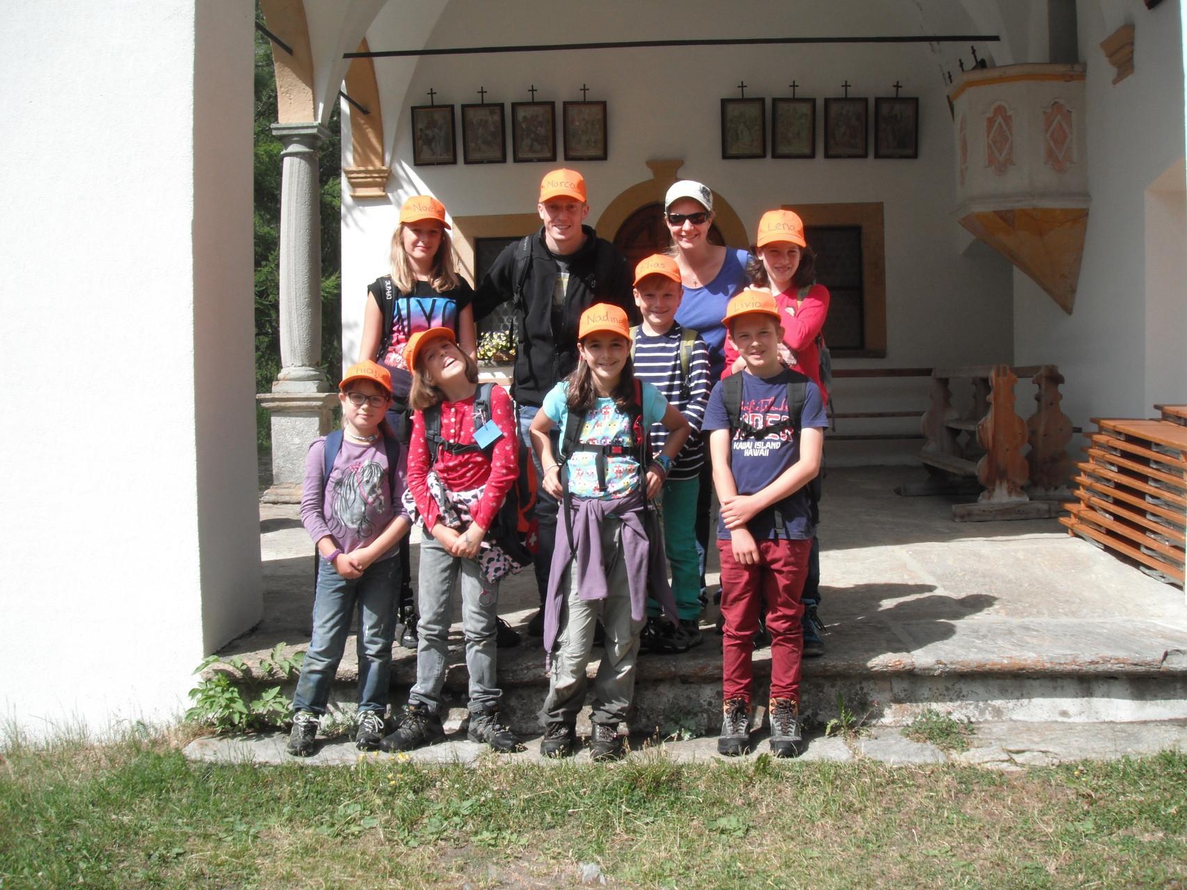 Gruppe orange auf der Ostereiersuche
