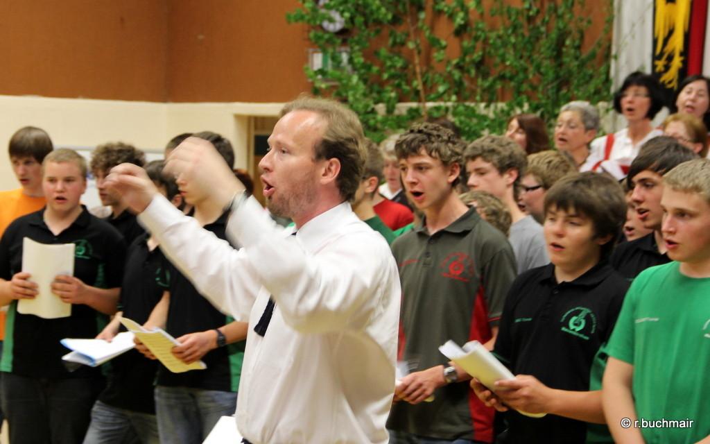 Den Schülerchor leitet Wolfgang Mayer