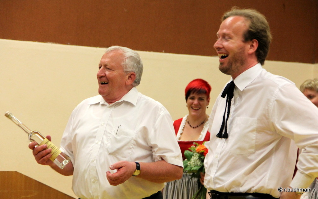 Obmann Josef Dopler (li) dankt Chorleiter Wolfgang Mayer