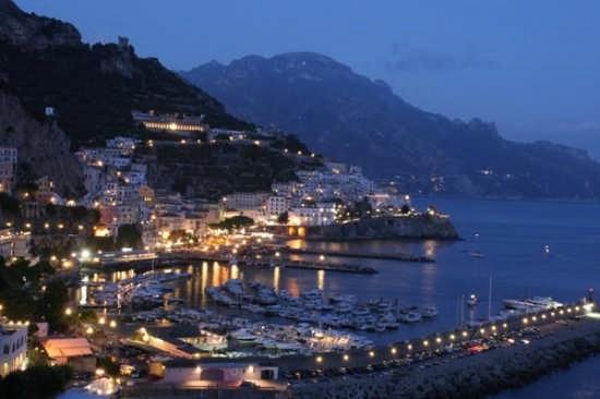 Panorama di Amalfi di sera