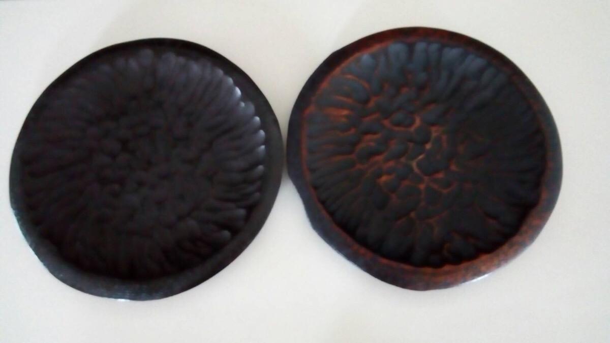 写真左が未使用、右が20年間使った木皿です。変化を愉しめます。