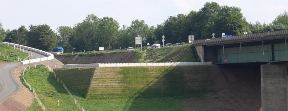 KBE Grün S als Kranstellfläche an der A45 bei Hagen, beginnende Begrünung mit Saatgutmatte