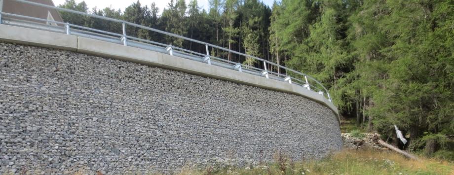 KBE in Österreich mit gabionenähnlicher Front (Steinfüllung)