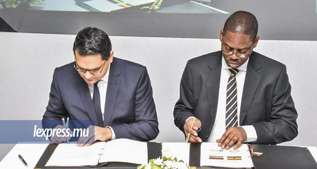 Signature de l'accord bilatéral entre Harvesh Seegolam (à g.) et le Rév. Daniel Ogbarmey Tetteh du Ghana.