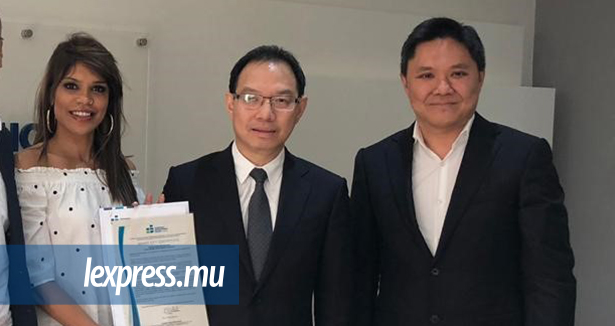Le Smart City Certificate remis au promoteur. De g.à d. : Emilie Oliver, Business Development Director de HPL, Cyril How Kin Sang, CEO et Laval Wong Chin, MD, Chantier de Plaisance.