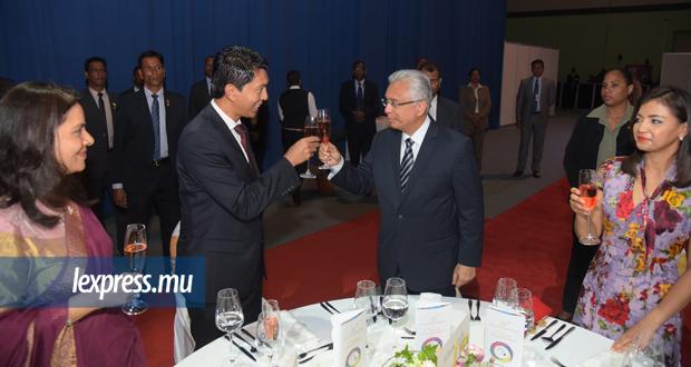 Le chef du gouvernement mauricien et le chef d'Etat malgache, portant à toast à leurs relations renouées, lundi 11 mars à Pailles.