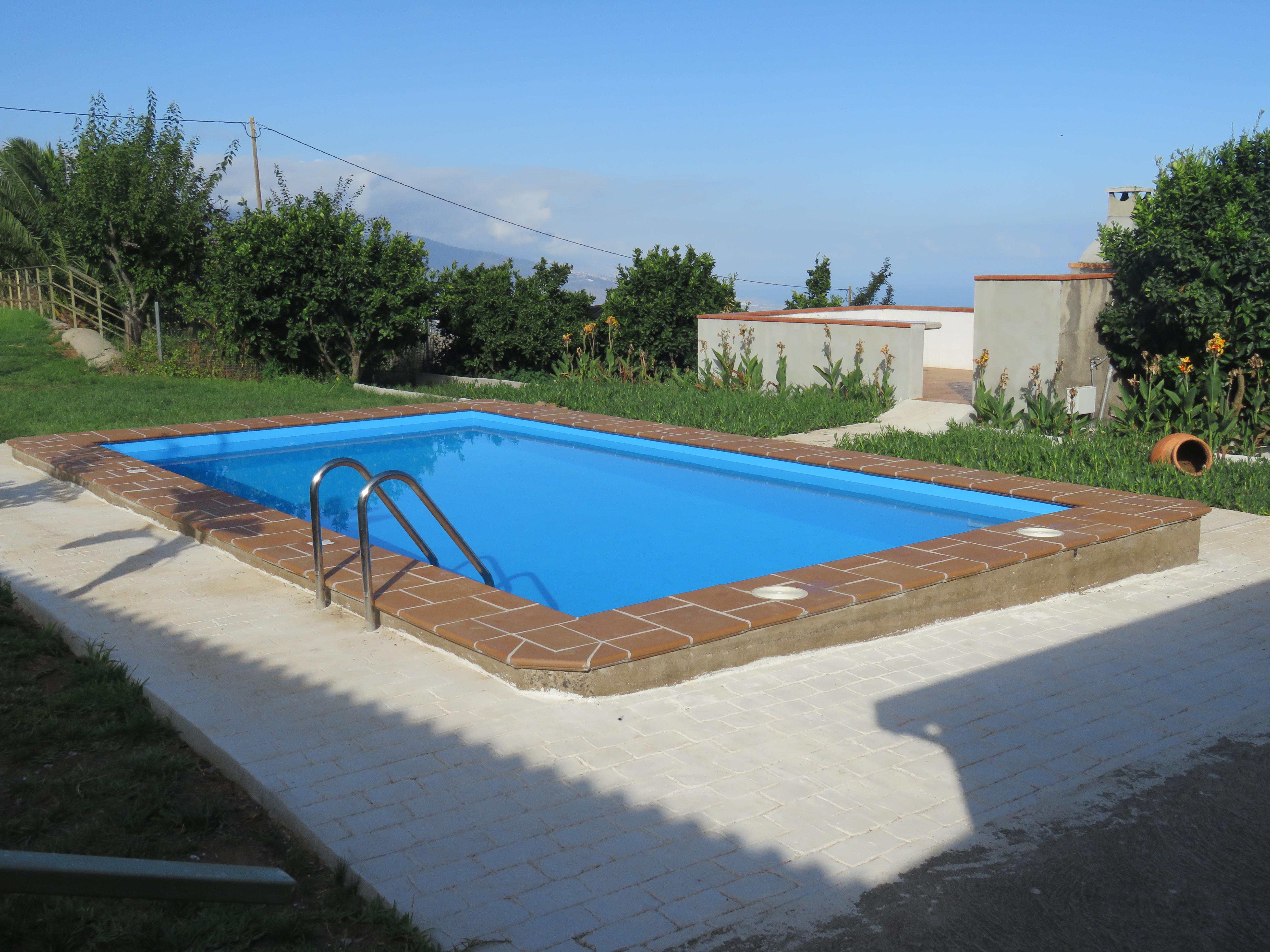 Der grosse private Pool mit schöner Sicht aufs Meer und grossen Liegeflächen