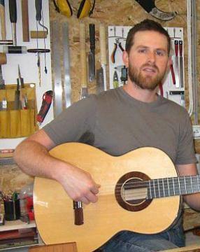 Yann-David ESMANS est luthier guitare au Mans. Il règle, répare et restaure les guitares et basses ; ainsi que les mandolines ou banjos.