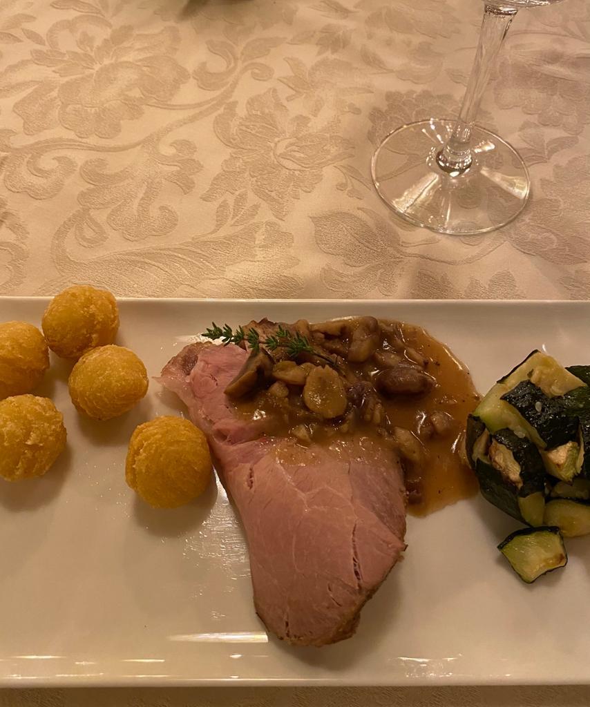 Coppa di maiale alle castagne, con patate crocchette e zucchine trifolate