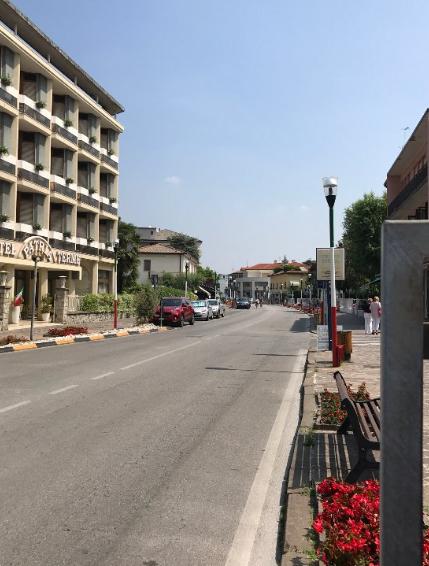 Viale delle terme, parte con marciapiedi